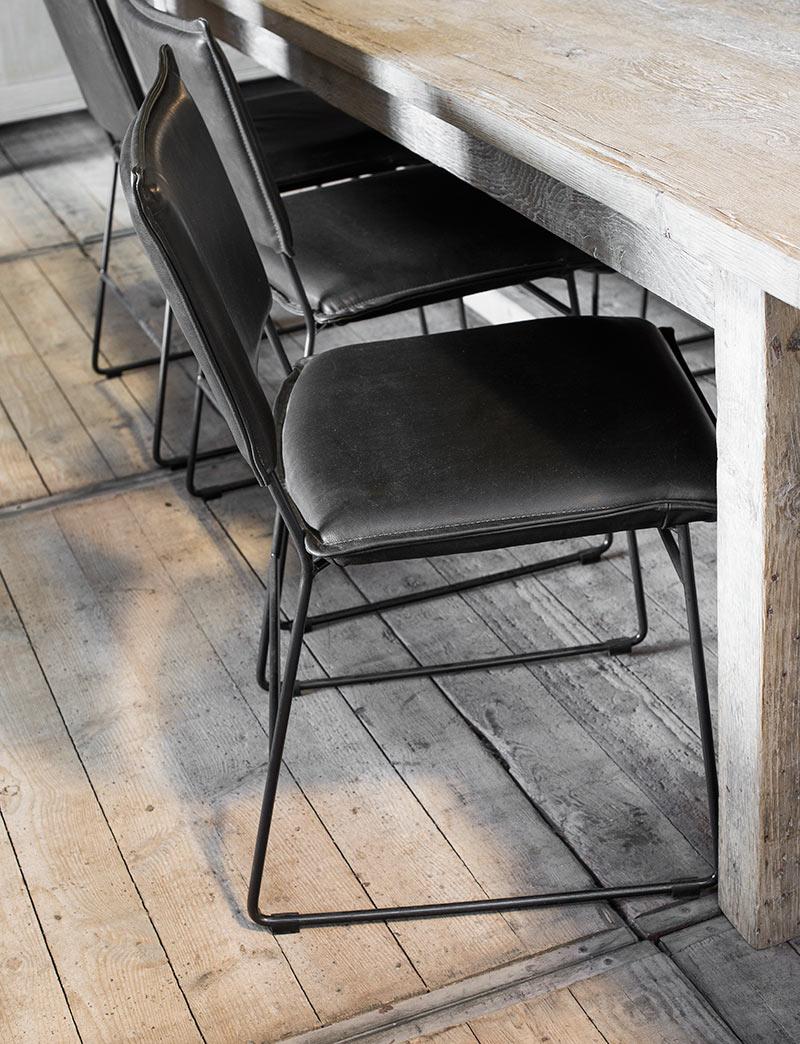 Woonthear: design lederen stoel met ijzeren frame