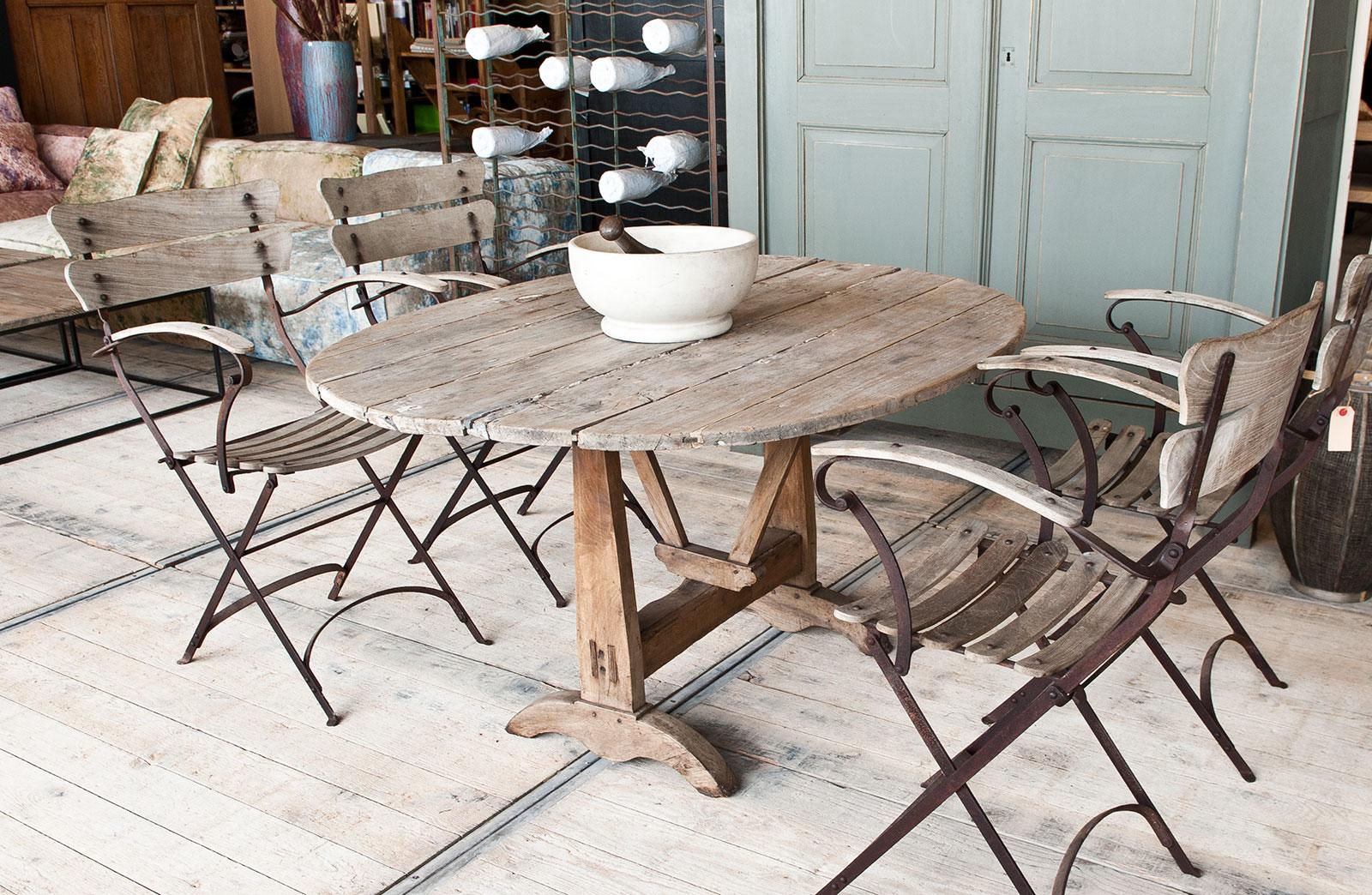 Ronde houten tafel woontheater