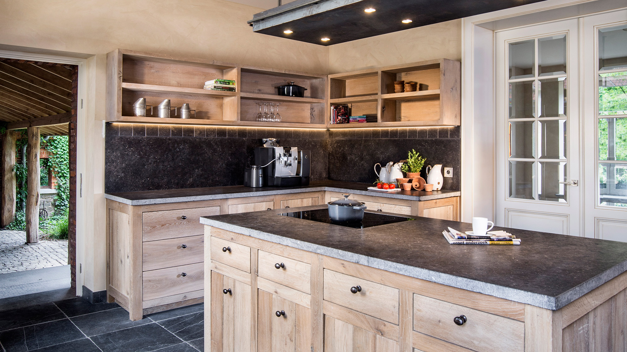 cuisine bois massif sur mesure. Black Bedroom Furniture Sets. Home Design Ideas