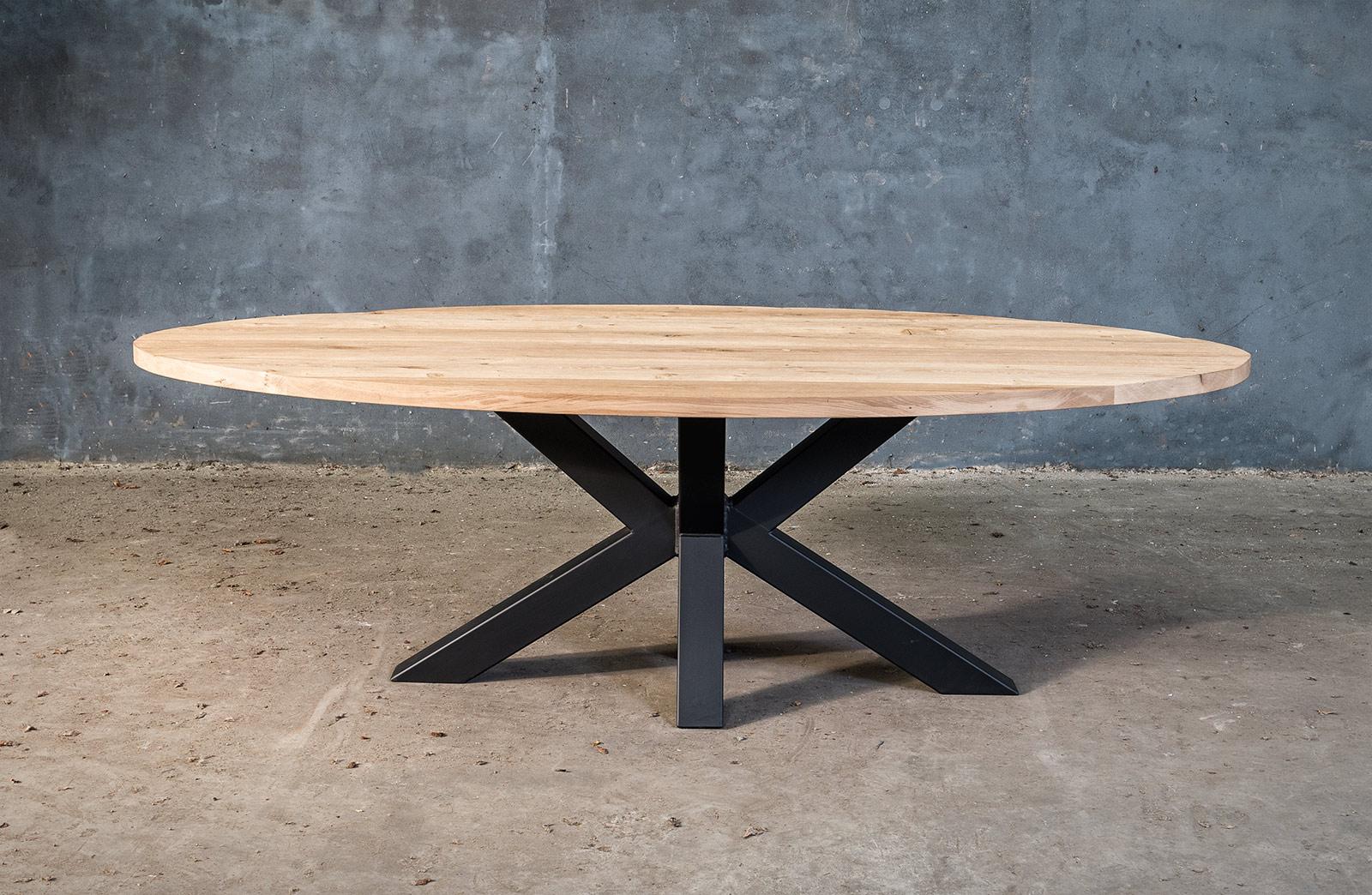 Massieve ovale tafel op metalen X-poot