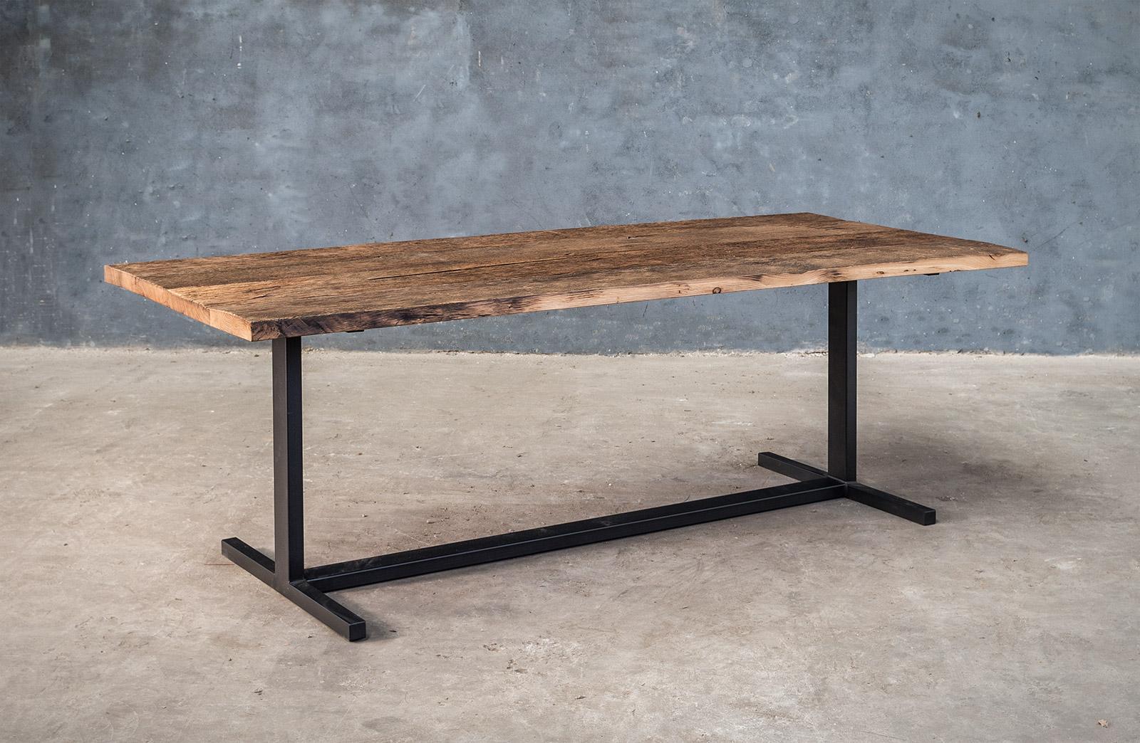 Massieve tafel op maat in oude eik met zwart metalen onderstel
