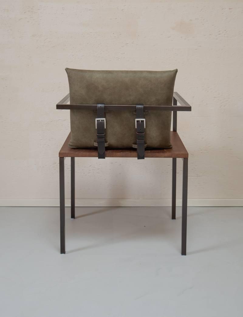 Design-stoel-hout-met-metaal-gespen